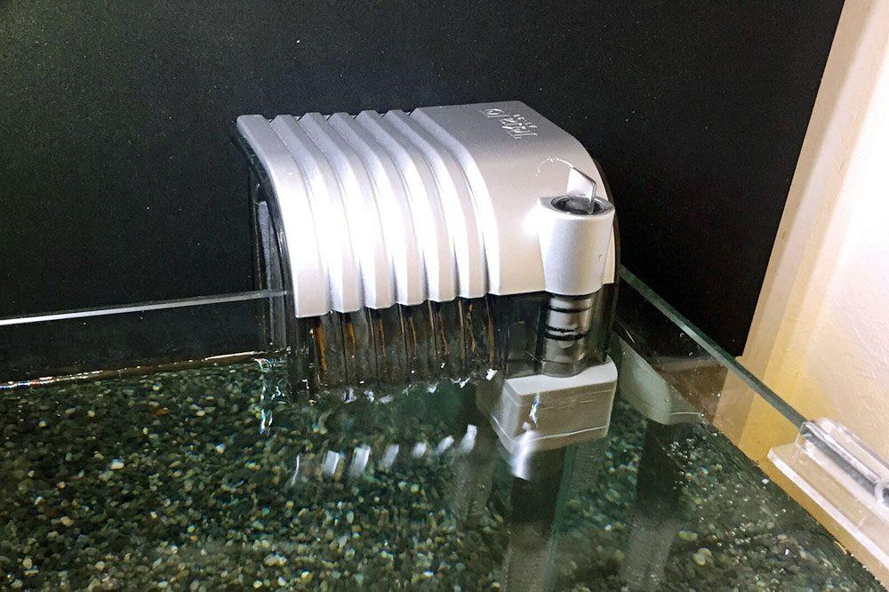 小型水槽向けのろ過装置「外掛けフィルター」の特長・使い方や掃除方法とおすすめな製品と比較